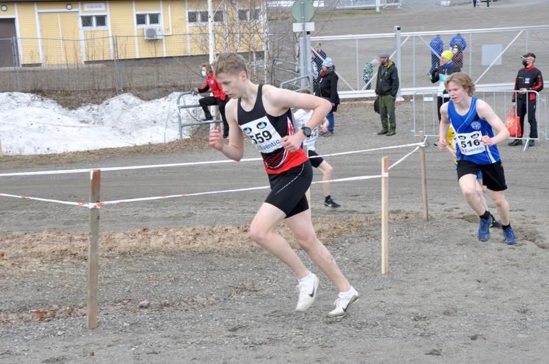 Kasper Björkbacka Joensuun SM-maastoreitin nousussa.