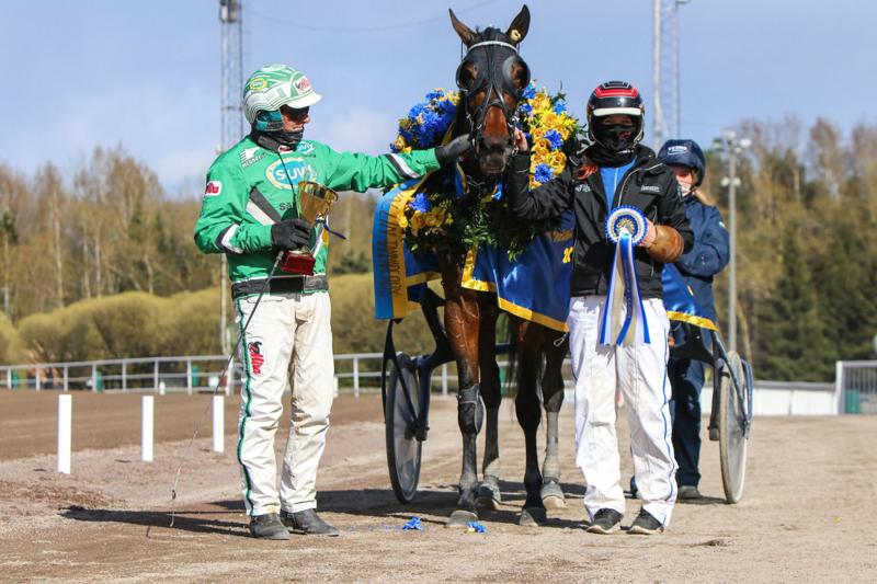 Ohjastaja Ari Moilanen ja hevosenhoitaja Isabella Tervonen pääsivät Chicharitan kanssa juhlimaan Tammaderbyn voittoa Vermossa.