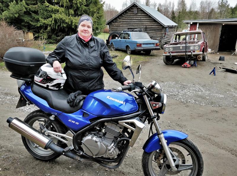 Annika Lepola Luodosta harrastaa mm. moottoripyörällä ajamista kesäisin, perheessä myös useita vanhoja autoja Cadillacista Ladaan.