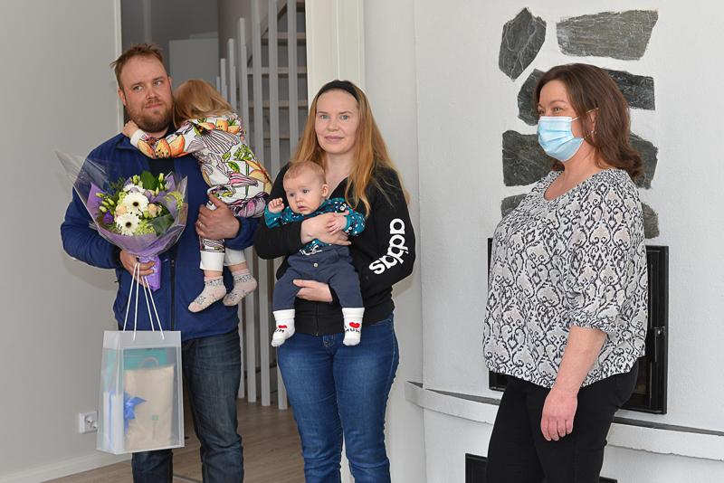Juho ja Aino Liuska, Jenna Iso-Junno ja Eeli Liuska sekä Teija Myllylä poseerasivat Iso-Junnon ja Liuskan perheen juuri remontoidussa kodissa Karjalahdella.