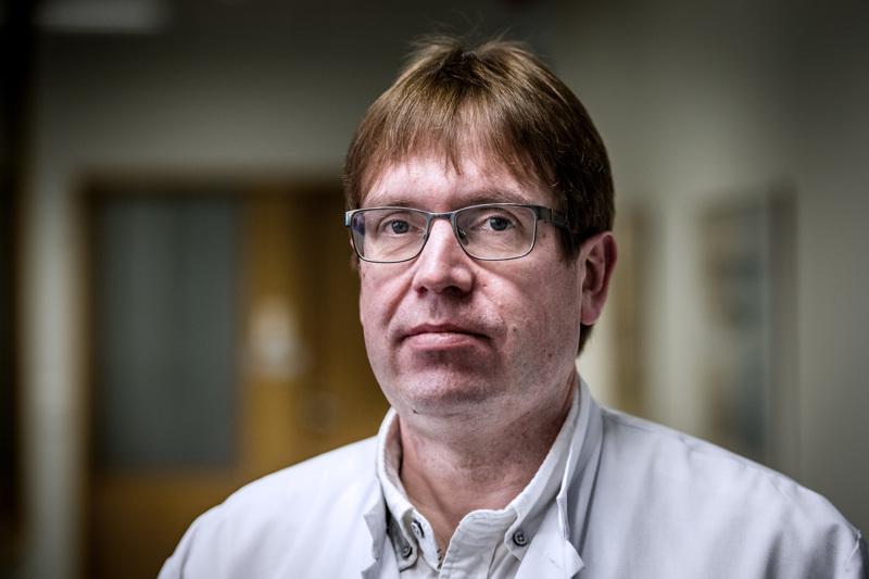 Vakavaksi vetää. Infektioylilääkäri Marko Rahkonen opastaa nyt entistä huolellisempaan hygieniaan yhä leviävän koronaviruksen vuoksi.