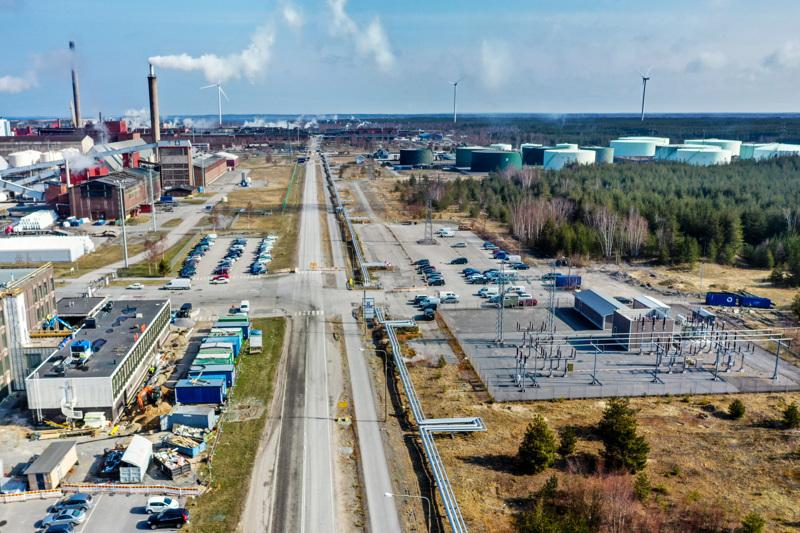 Kokkolan suurteollisuusalue eli KIP alkaa käydä ahtaaksi. Keliberin tulevan litiumkemiantehtaan paikka on kuvassa oikealla olevan metsikön kohdalla.