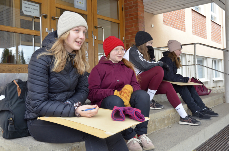 Taideopintoja suorittavat Neea Häivälä, Hilda Pesämaa, Veera Jääskelä ja Tytti Huttunen kertovat, että ulkona piirtäminen on mukavaa, varsinkin, jos ympärillä on paljon luontoa.