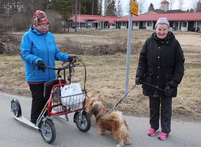 """Roskia keräävät Anja Nurmi vas. ja Sinikka Luomajoki lähettävät terveisiä: """"Älkää roskatko. Älkää ainakaan rutatko tölkkejä. Silloin niistä saa pantin""""."""