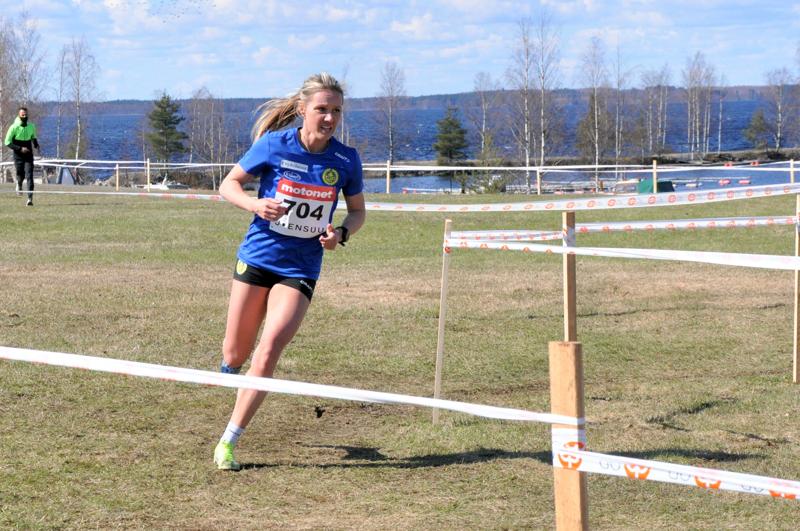 Nina Chydenius jatkoi mitaliputkeaan Joensuun SM-maastoissa.