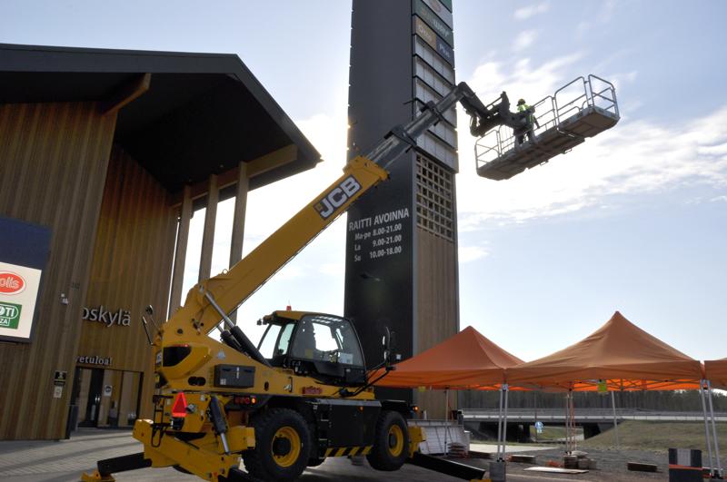 Visuri&Paavolan uudella koneella nostetaan 21 metriin. Printtipiste.fin Niko Sakko Loiston mainostorniin.