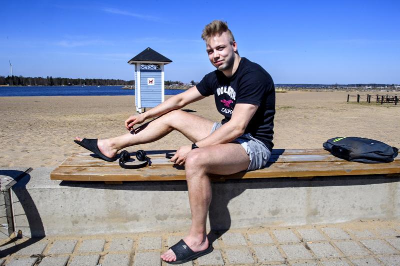 Hermeksen hyökkääjä Henri Limma ottamassa aurinkoa Meripuistossa Kokkolassa.
