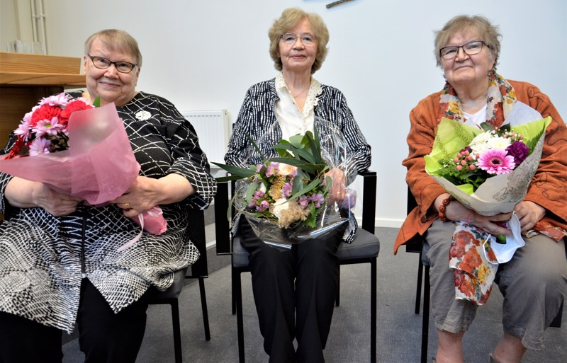 Leena Salin, Laila Vähäkangas ja Eeva Maunu kukitettiin kilpailun voittajakolmikkona.