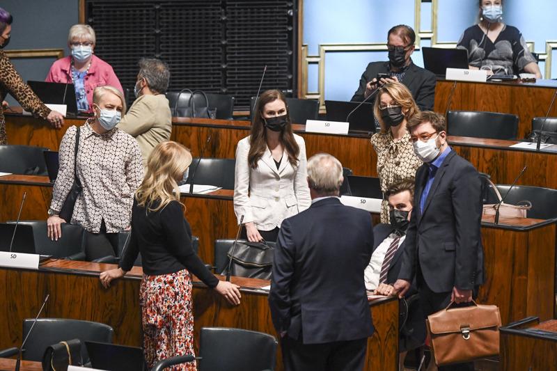 Eduskunta jatkoi keskiviikkona kello 14 keskustelua EU:n elpymispaketista. Myös tiistaina karanteenissa olleet pääministeri Sanna Marin ja eurooppaministeri Tytti Tuppurainen olivat läsnä. Sdp:n ministerit ja eduskuntaryhmän jäseniä neuvonpidossa ennen keskustelun alkua.
