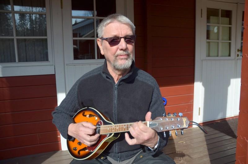 Martti Koskelalla on nyt aikaa keskittyä entistä enemmän mm. mandoliinin soittamiseen.