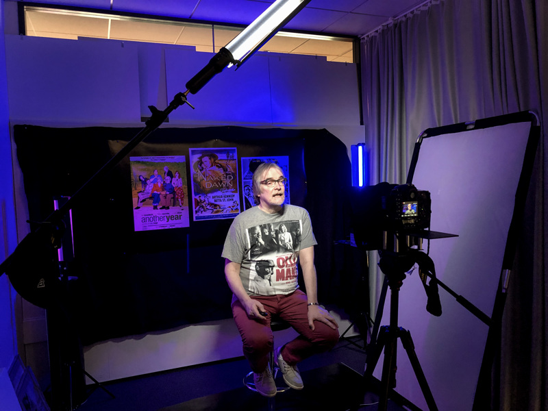 Hannu Björkbacka juontaa Kino-Keskipohjanmaan videoblogia Keskipohjanmaan toimituksessa Rantakadulla.