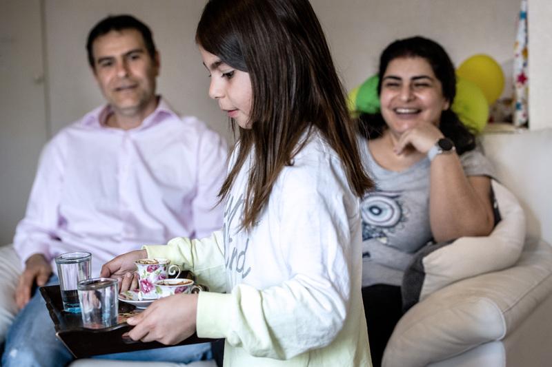 Elif Demir tarjoilee Ramadania viettämättömille journalistivieraille kahvia. Vanhemmat Ferhat ja Özlem Demir myhäilevät taustalla. Myöhään eilisiltana oli pyhä paastokuukausi tältä vuodelta ohi ja islamilaisessa maailmassa on nyt juhlan aika.