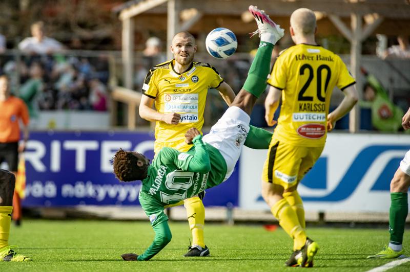 Dominique Malonga yritti ratkaista pelin saksipotkulla. TPS:n Rasmus Holma ja Jesper Karlsson toteavat tempun.
