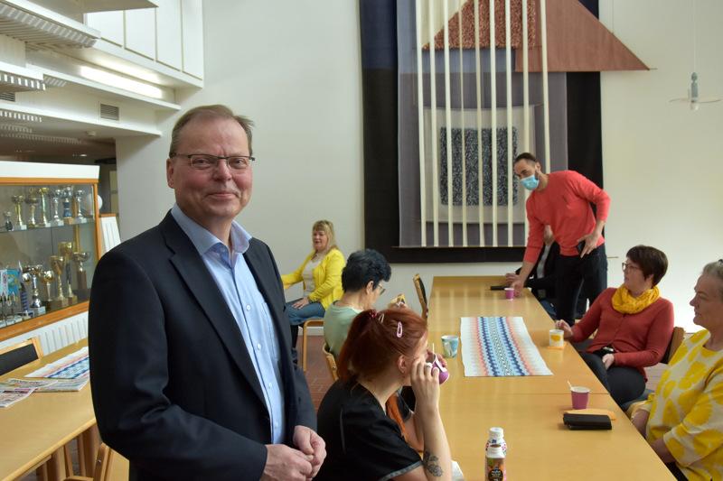 Yhteistyöllä. Toholammin kunnanjohtaja Jukka Hillukkala painottaa, että kunnantalolla viedään yritysasioitakin yhdessä eteenpäin.