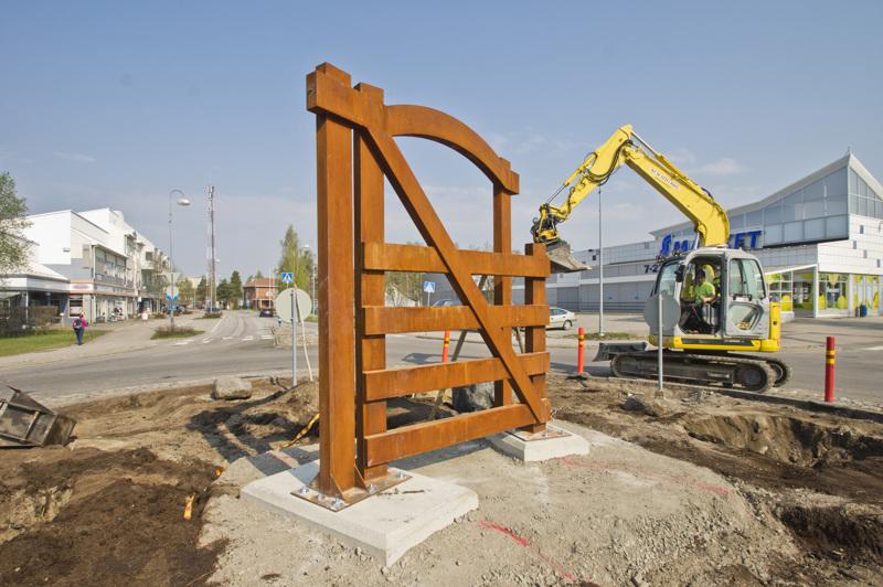 Portti on avoinna ja toivottaa kulkijat tervetulleiksi Nivalaan.