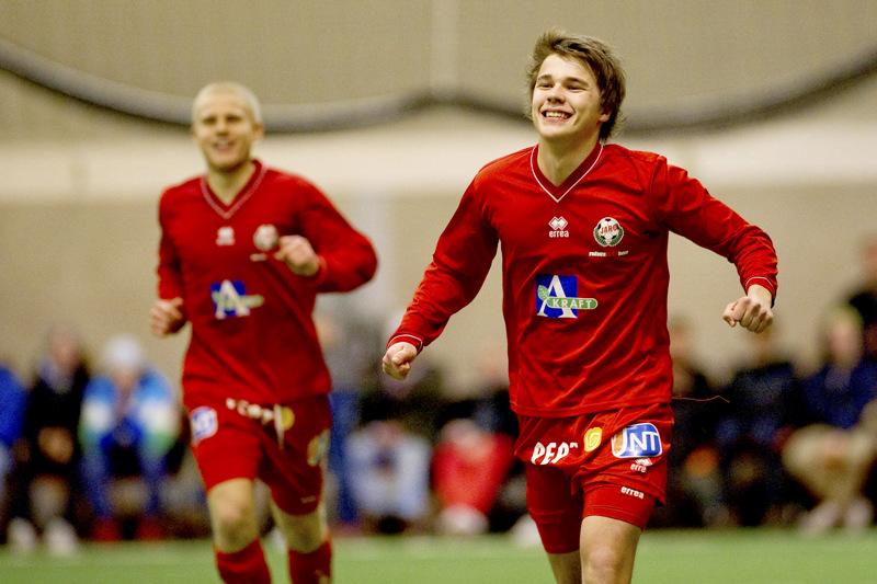 Seitsemäntoista vuotta täyttänyt FF Jaron liigapelaaja Simon Skrabb tuulettaa helmikuussa 2012 Pietarsaaren Tellushallissa eli paikassa, jossa ensisijaisesti kasvoi jalkapalloilijaksi.