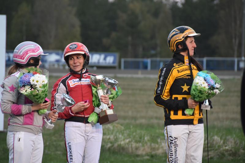 Sara Hautamäki (vas.), Miia Salminen ja Saara Mäkinen muodostivat kärkikolmikon naisohjastajien SM-kisassa.