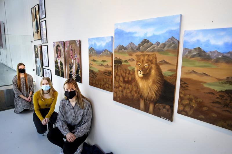 Ikkunassa nähtävien lopputöiden tekijät ovat Matleena Nygård, Ariella Ahlstrand ja Emilia Lampinen.