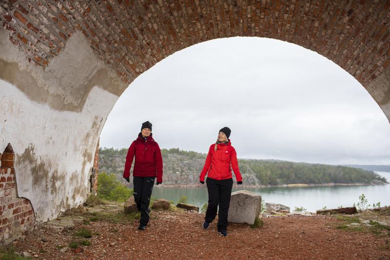 Sanna Könönen Wahlstedt  Visit Ålannista (vas,) ja Armi Kailio Tallink-Siljalta ihastelevat Bomarsundin linnoituksen raunioilta avautuvia näkymiä.