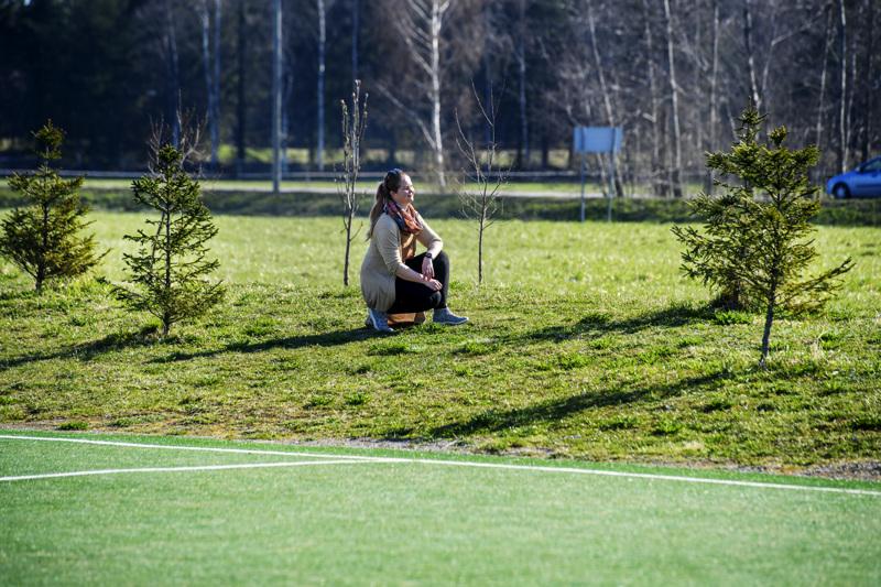 Kokkolan kaupunginpuutarhuri Sini Sangi Kokkolan Torkinmäen lähiliikuntapaikalla. Havu- ja lehtipuut tuovat monipuolisuutta puistoalueelle.