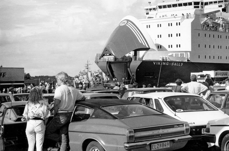 Todisteiden ja matkustajatietojen keruu viivästytti Viking Sallyn lähtöä kohti Tukholmaa. Kuvassa näkyy aluksen myöhemmin surullisenkuuluisa keulaportti.