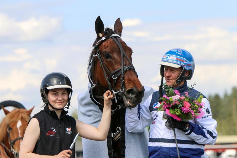 Pekka Korven ohjastama Magical Princess ravasi Kuopio Stakesin kilpailuennätykseksi 11,1a. Kuvassa mukana hevosenhoitaja Jenina Hamari.