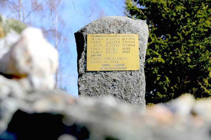 Ämmänkosken perheen poikien muistomerkkikivi paljastettiin heinäkuussa 1992. Kiveä olivat aikanaan lohkoneet kaatuneet veljekset ja lohkare pystytettiin kotitalon pihaan messinkilaatalla varustettuna.