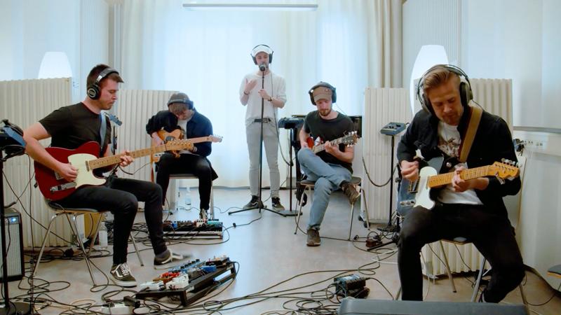 Novia guitarensemblessa soittavat kitaransoiton opiskelijat  Max Weckman, Fredrik Fagerström, Alexander Hindsberg ja Rasmus Hägglund. Jonathan Nurmi beatboxaa.