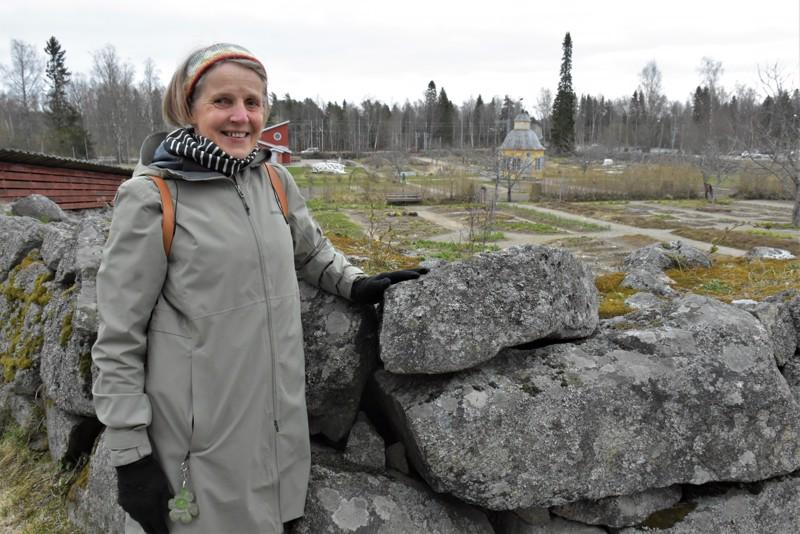 Pietarsaaren seudun 29oppaiden tuore puheenjohtaja Eeva-Kaarina 29Aaltonen yhdessä 29seudun keskeisistä 29matkailukohteista, 29Aspegrenin puutarhassa.