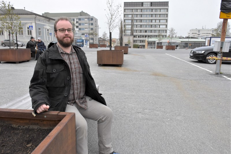 Puupiirroksia tekevä Johan Sandås tulee työskentelemään Pietarsaaren iltatoreilla kesäkuun puolivälistä alkaen. Kuuden viikon rupeaman jälkeen lopullinen taideinstallaatio on esillä Jaakonpäiväviikolla.