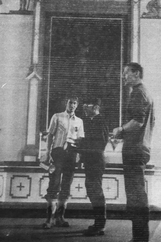 Palopäällikkö Juhani Kivijuuri miettii tarkkaan Hannu Helanderin ja Risto Lepistön kanssa, kuinka tulipalo olisi Nivalan kirkossa ehkäistävissä.