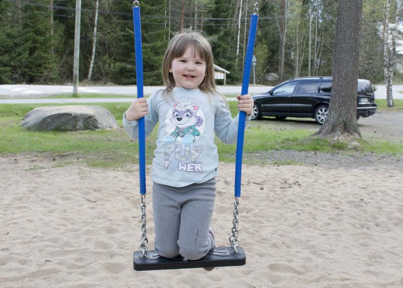 Leikkipuistossa keinu on yksi Liljan lempipaikoista.