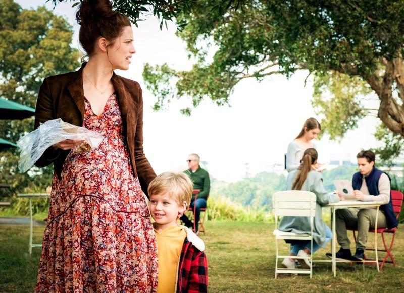 Perheidylliltä näyttävä tilanne onkin levottomuutta herättävä australialaissarjassa odottavista äideistä (Jessica De Gouw).