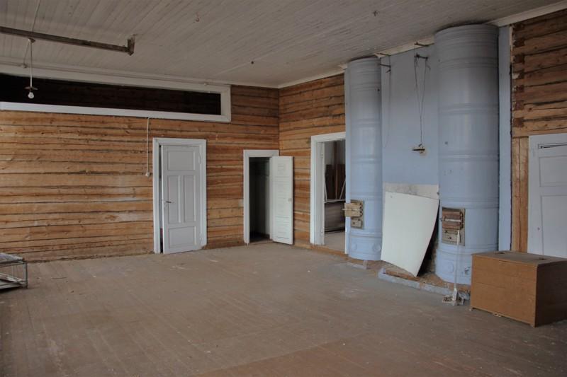 Tässä huoneessa pidettiin ennen nuorimpien oppitunnit. Isot pönttöuunit pitivät koko koulun lämpimänä.