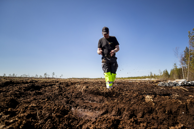 Turveyrittäjä Marko Vainionpää alkaa nostaa turvetta suurelta 65 hehtaarin suolta Etelä-Pohjanmaalla. Suolla riittää työtä jopa kolmeksikymmeneksi vuodeksi, jos liiketoiminta vain kannattaa.