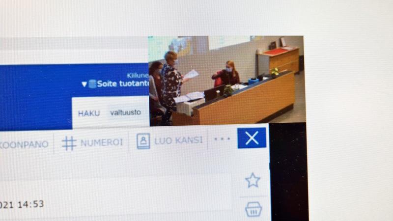 Ennen kokousta Soiten toimitusjohtaja Minna Korkiakoski-Västi otti vastaan Toholammin kansalaisadressin valtuuston puheenjohtaja Sari Innaselta.