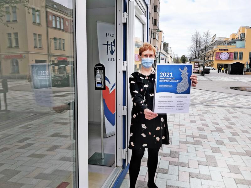 Vaalitoimitsija Tiina Pelkonen oli valmistelemassa konttia ulkoäänestyspisteeksi tiistaina kävelykadulla.