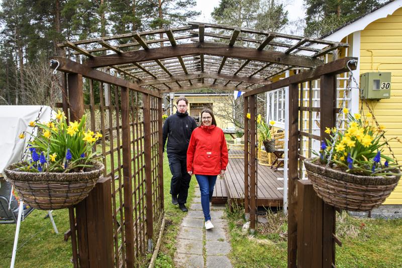 Mökin portti peittyy kesäisin kokonaan nopeakasvuiseen humalaköynnökseen. Sainioiden puutarhaportti on vielä kunnostettavana.