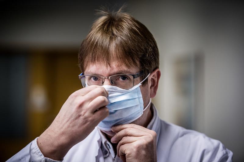 Infektioylilääkäri Marko Rahkosen mukaan kangasmaskeista kannattaa nyt luopua ja ottaa käyttöön kertakäyttöiset maskit.