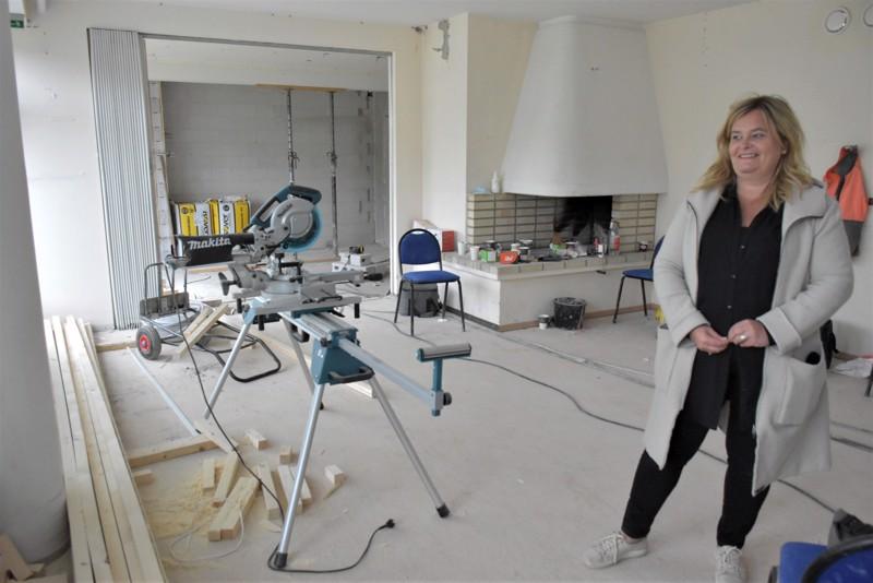 Toiminnanjohtaja Inger Gripenberg iloitsee Villa Jungin valoisasta ruokasalista, josta tulee näkymä sisäpihalle.