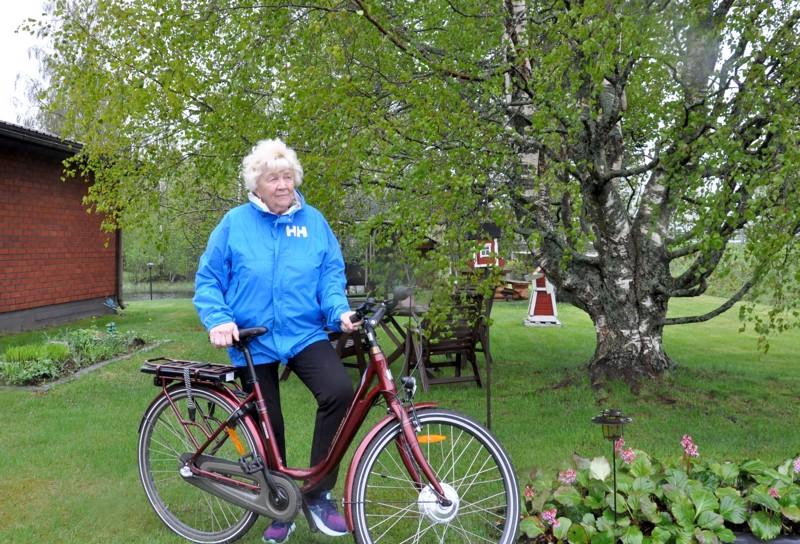 Ritva Jylhä pitää sähköpyörää parhaana hankintanaan pitkiin aikoihin. Edes sadekeli ei ole este pyöräilylenkille, onhan sadevaatteetkin keksitty.