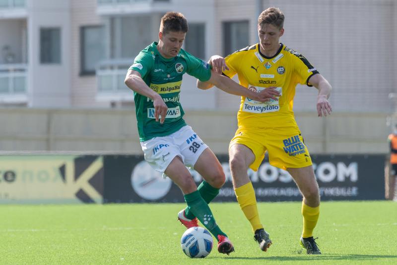 Kuva jalkapallon ykkösen ottelusta KPV-TPS. #28 Tommi Saarinen ja #6 Atte Sihvonen