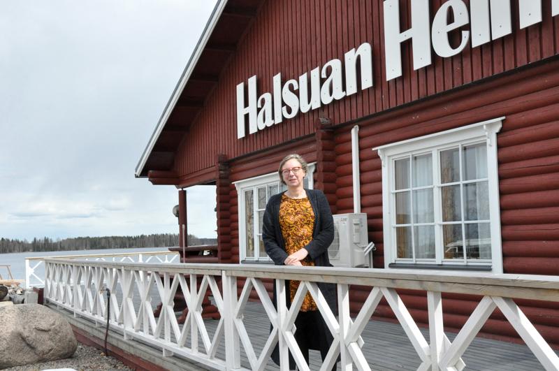 Päärakennus on ihan rannan tuntumassa. Piia Arola-Liski toteaa, että vaikka tien varrella vielä osin onkin Masala-kyltit, talon päädyssä lukee jo Halsuan Helmi.
