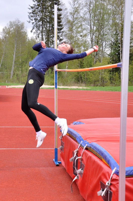 Mia Känsäkangas ponnisti sunnuntaina riman yli useita kertoja Kirkonmäen kentällä.
