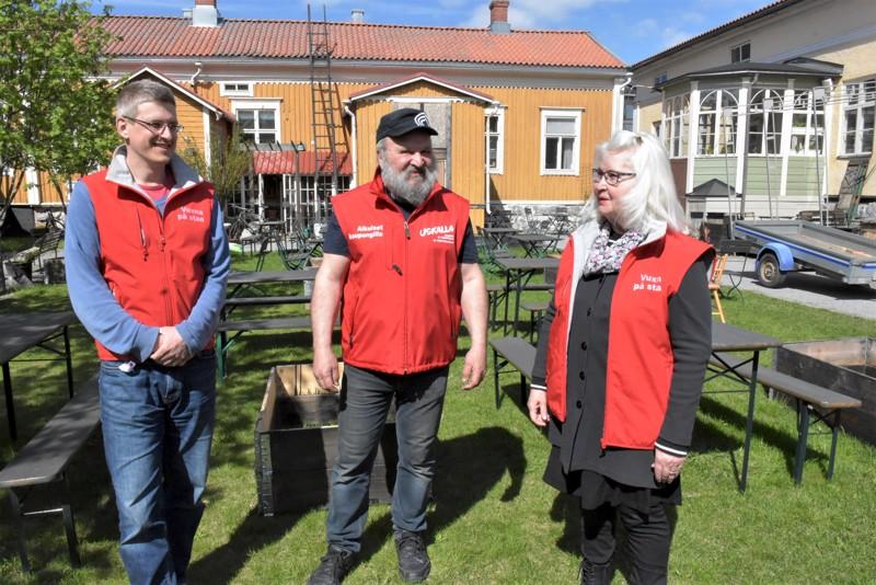 Aikuiset kaupungilla -partiot tunnistaa Pietarsaaressa punaisista liiveistä. Marianne Hietala ja Harry Holm ovat tehneet vapaaehtoistyötä jo vuosia, David Sandström (vas.) kerää lisää kiinnostuneita mukaan.