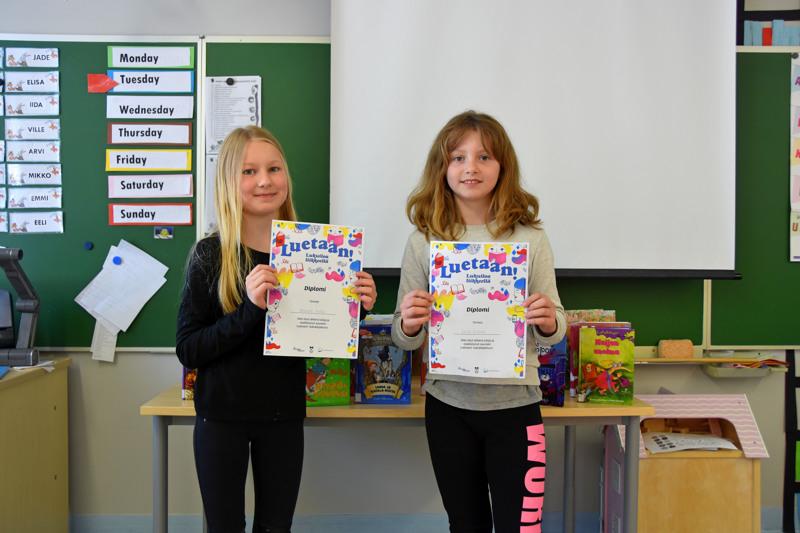 Milenda Vinkki (vas.) ja Elisa Koskela tykkäävät mieluummin lukea fyysisiä kirjoja kuin kuunnella äänikirjoja.