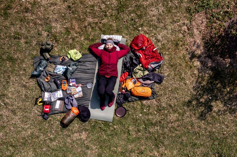 Kokkolalainen Sirja Siltala ja yhden yön pituista vaellusta varten tarvittavat retkeilyvarusteet.