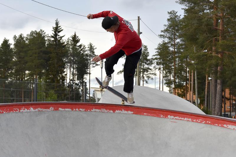 Joona Karjalainen käy Kannuksen skeittiparkilla aina kun kelit ja työt sallivat.