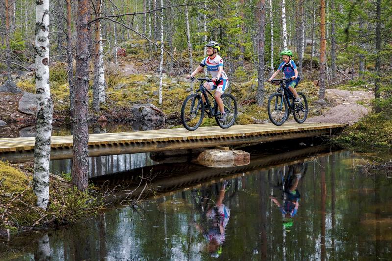 Syksyn Korkatti Trail Runin yhteydessä aiotaan järjestää toistamiseen maastopyöräsarja XC Aakonvuori sekä Duathlon, jossa kilpailija maastopyöräilee XC-radan kahteen otteeseen ja tämän jälkeen polkujuoksee seitsemän kilometriä. Kuvassa Leea ja Vilho Käräjäoja ovat maastopyöräilemässä Aakonvuorella.