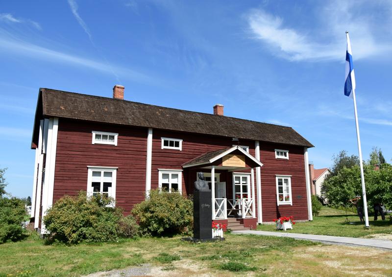 K.J.Ståhlbergin lapsuudenkotimuseo kertoo 1800-luvun lopun maaseutupappilan elämänmenosta ja asumisen tyylistä.